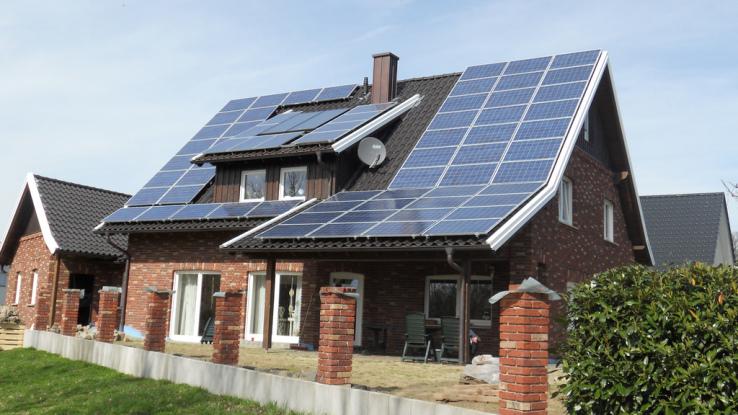 Casa con colectores solares sin proteccion