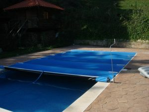 Cubrepiscina de seguridad con accionamiento manual